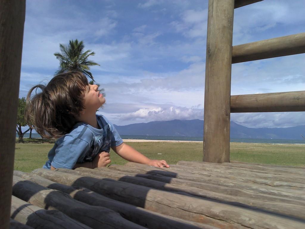 Fernando adivinhando as nuvens. Praia do Centro de Caraguatatuba. Abril/2013.